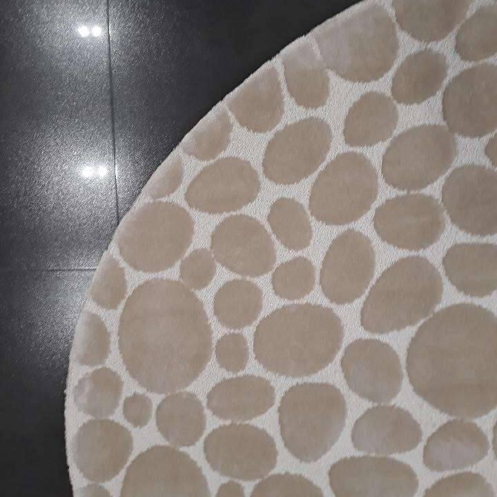 szary, imitujący kamienną podłogę dywan, wykonany według projektu